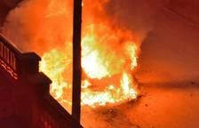 Crema completament un vehicle durant la matinada a Cunit