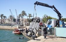 Un jove es lliura després d'aparèixer un cotxe en aigües internes del port