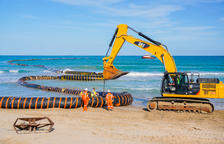 Comencen els treballs de dragatge de sorra a la platja de la Pineda