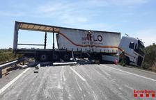 Un camió perd peces de formigó de la seva càrrega en un accident a l'AP-7 a Ulldecona