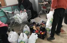 Vecinos de Ponent y comercios trabajan juntos para recoger alimentos básicos