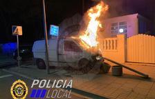 Una furgoneta s'incendia en xocar amb un cotxe quan circulava en direcció contrària al Vendrell
