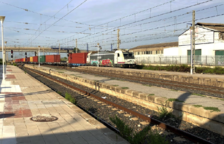 Un tren roman tres hores aturat al Penedès per una avaria en la locomotora