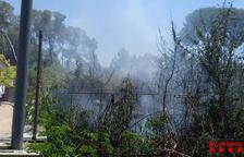 Un incendi crema 700 metres quadrats de matolls en un descampat a Cunit