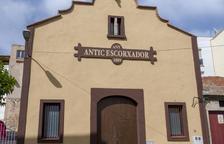 Finalitzen les tasques de pintura a la façana de l'antic escorxador de Constantí