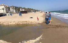 El tram de platja de Calafell afectat pels residus obrirà dimecres al migdia