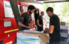 Els voluntaris faciliten més de sis mil ampolles d'aigua diàries per avituallar els Bombers