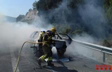 Crema un cotxe al marge de l'AP-2 a la Bisbal del Penedès