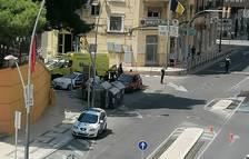Un turisme topa contra un altre al centre de Tortosa