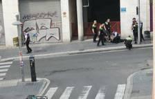 Detenen al carrer Gasòmetre un home que en desfer-se d'un ganivet crida «el meu pare està mort»