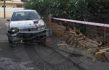 Un cotxe xoca contra el mur d'una casa de Sant Salvador
