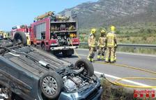 Un ferit menys greu en bolcar el seu cotxe a l'AP-7 a Ulldecona
