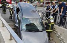 Un coche queda engastado en una boca de metro a la Plaça Espanya de Barcelona sin causar heridos