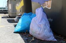 Multen a més d'una vintena de calafellencs per deixar la brossa fora dels contenidors