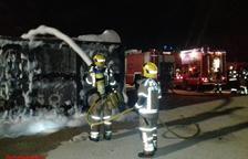 Cremen contenidors a una empresa de Constantí