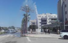 Es produeix una fuita d'aigua al mig d'un carrer de la zona de Nova Torredembarra
