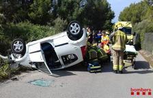 Tres heridos al volcar un coche en el Vendrell