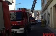 Un incendio en un sofá obliga a confinar a 25 vecinos de un edificio de Móra d'Ebre