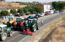 Prop de 150 pagesos i 15 tractors tornen a tallar la C-12 a Flix per tercer cop