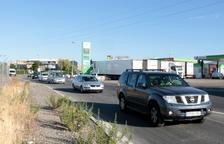 Unos 40 vehículos hacen una marcha lenta para exigir ayudas directas para los afectados por el incendio de la Ribera d'Ebre