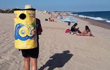 Una campanya de sensibilització sobre el reciclatge de llaunes aterra a la platja de Mont-roig