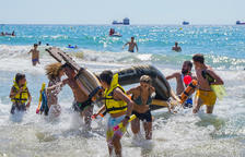 Trastos y castillos de arena llenan de expectación las playas de Tarragona
