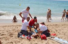 Simulacre de salvament de la Creu Roja a la platja Llarga de Roda
