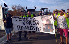 Unos 200 campesinos y ganaderos afectados por el fuego de la Ribera d'Ebre cortan la C-12 en Flix por cuarta vez
