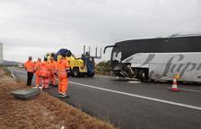 Un mort i nou ferits en un xoc frontal entre un autobús i un cotxe a l'AP-7 a Amposta