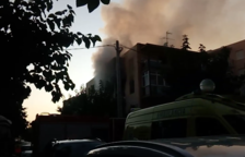 Evacuen una persona per inhalació de fum en l'incendi d'un pis a Salou