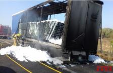 Crema totalment un camió que transportava llaunes de cervesa a l'AP-7 a Ulldecona