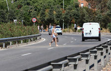 Usuarios del Hospital de Reus saltan la medianera y cuatro carriles para aparcar en el Tecnoparc