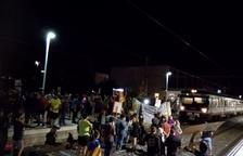 Un grup de manifestants talla les vies del tren a Reus