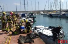 Un ferit greu per cremades en incendiar-se una embarcació al port de Torredembarra
