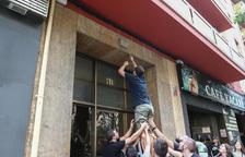 Despengen 15 plaques franquistes a blocs de pisos del Carrilet i passeig Prim