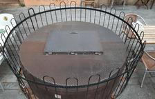 Reparen la coberta del pou de la Plaça del Rei