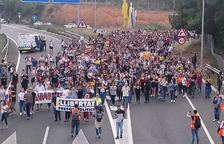 Més de 2.000 de persones es concentren a Tarragona per protestar per la sentència del procés i tallen l'A-7