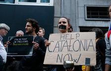 Cerca de 200 personas protestan contra la sentencia ante la embajada española en Bruselas