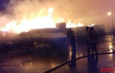 Un incendi en una indústria paperera de Puigpelat mobilitza nou dotacions dels Bombers