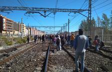 Manifestants tallen les vies del tren a Tarragona