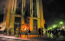 Enfrentamientos entre policía y manifestantes después del acto de ANC y Òmnium en Tarragona