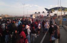 Los manifestantes se dirigen hacia la Imperial Tarraco después de abandonar el Port