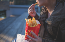 Condemnat a pagar 150 euros per obligar a la seva filla  a ingerir «grans quantitats» de menjar