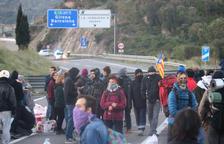 Operaris d'Abertis comencen a desmuntar una de les quatre barricades de l'AP7 a la Jonquera