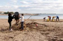 L'alumnat de l'institut Baix Camp col·labora en la neteja de les platges de Cambrils després del temporal