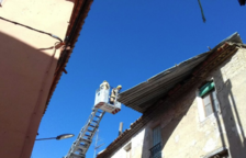 El vent arrenca la teulada metàl·lica d'un habitatge de Benissanet