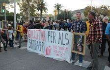 Moments de tensió a les portes del Palau de Congressos de Barcelona on es fa l'acte amb el rei
