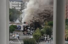 Gran columna de fum per un incendi en un autobús a Tarragona
