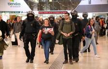 La policia comencen a desallotjar un a un el centenar de manifestants concentrats al vestíbul de Sants