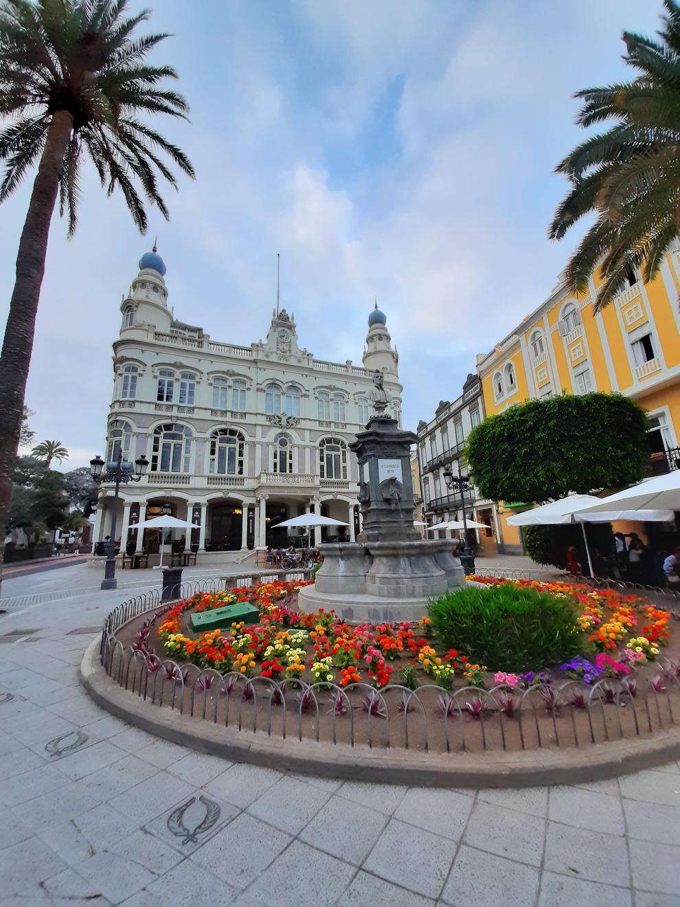 La plaça de Cairasco, amb el Gabinete Literario al fons, un dels racons amb més atractiu del barri de Triana, a Las Palmas de Gran Canaria.
